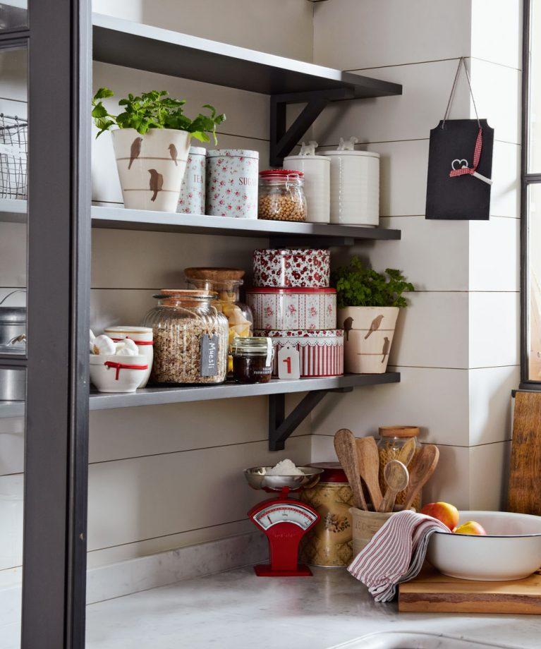 amuebla una cocina pequeña con cajas coloridas