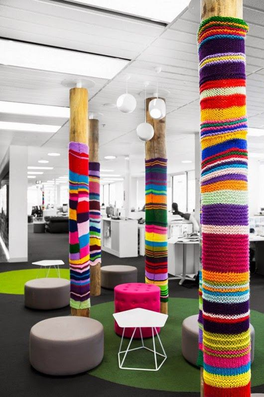Un forro colorido para tus columnas redondas de la sala de estar