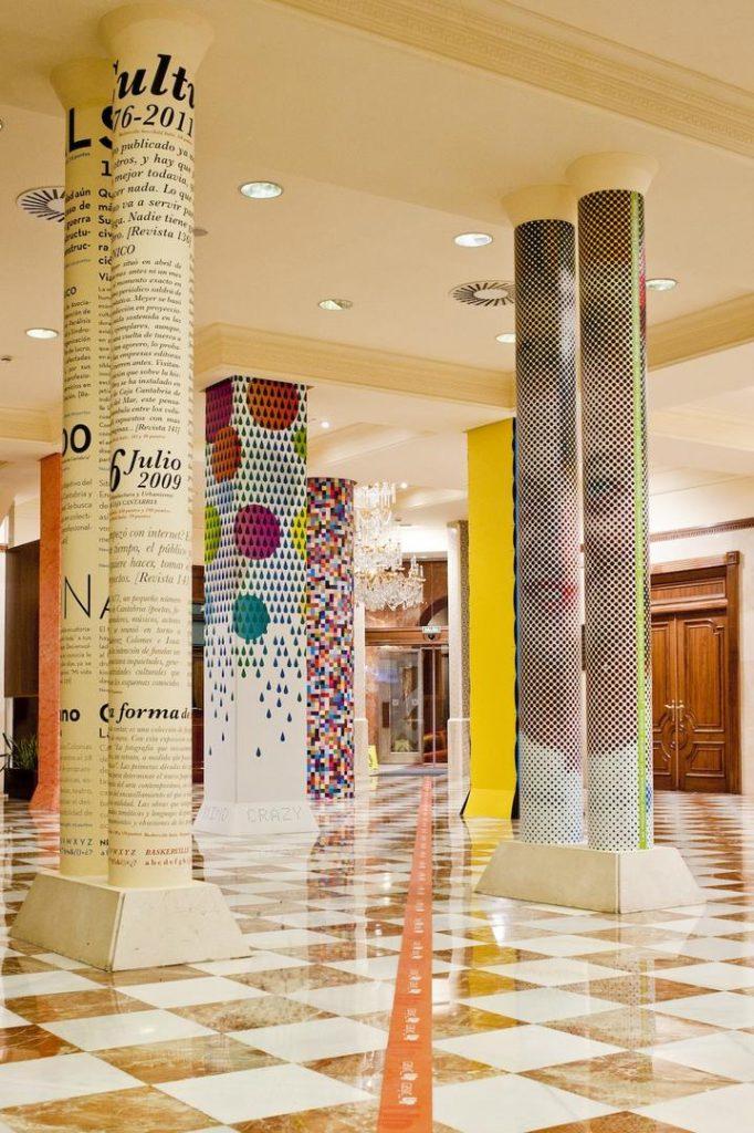 Columnas redondas de la sala de estar forradas con papel original