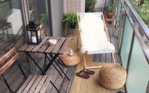 decorar un balcón pequeño y alargado