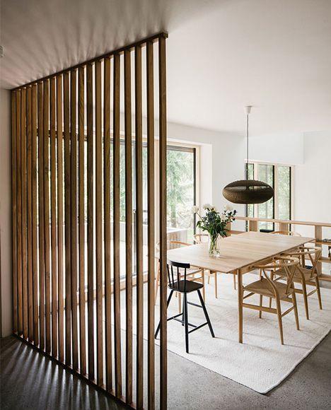 Usa muebles multifunción o biombos para separar la cocina del comedor