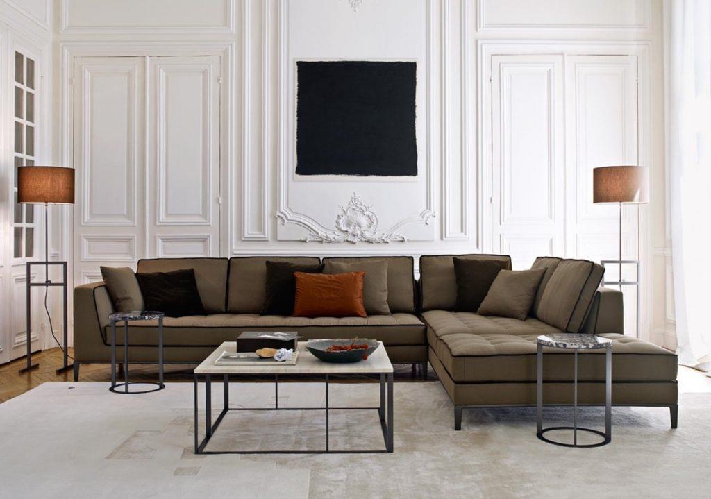 Salón blanco y muebles marrones