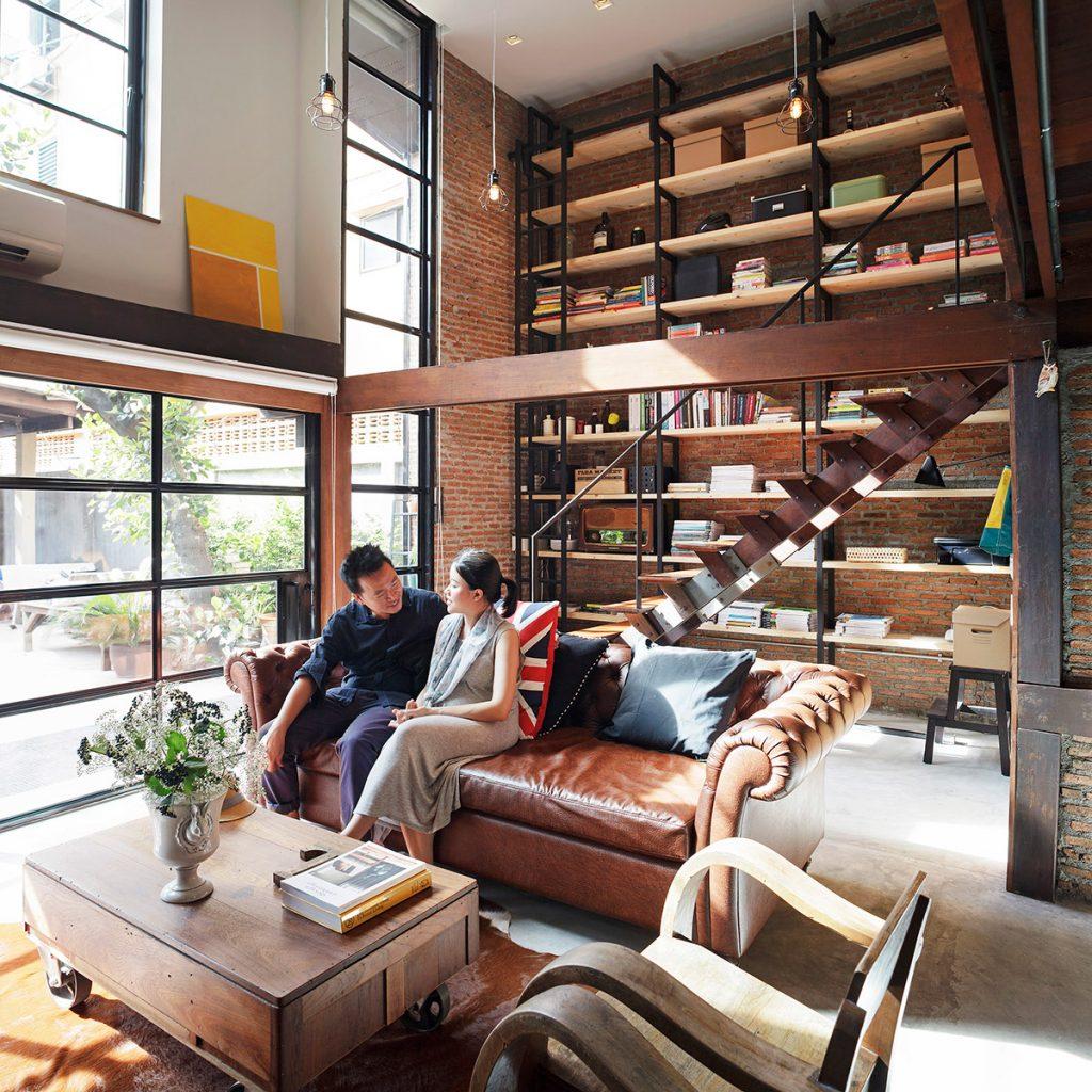 sala industrial con muebles marrones