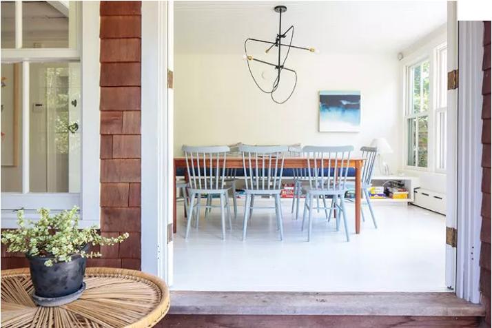 salón pequeño pintado de blanco monocromático