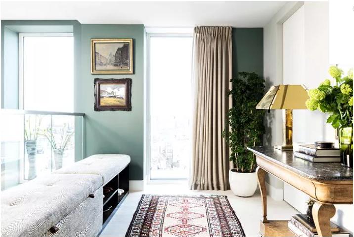 salón pequeño pintado de verde claro