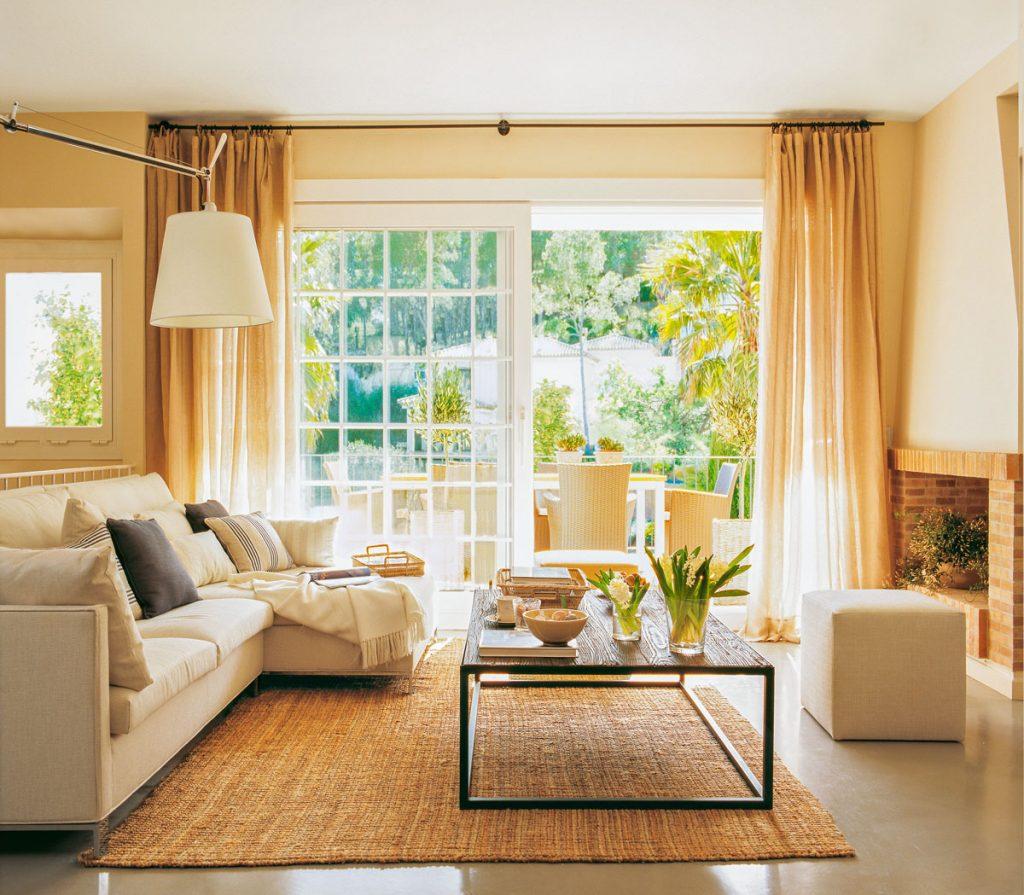 salon sencillo con un buen sofá