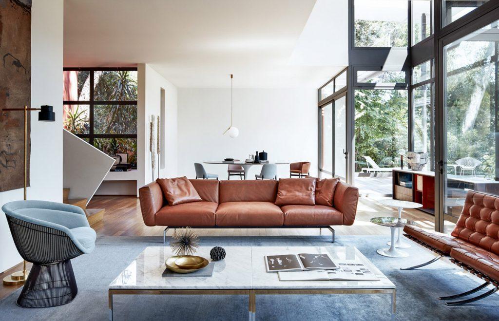 Acogedor y vintage salón con muebles marrones