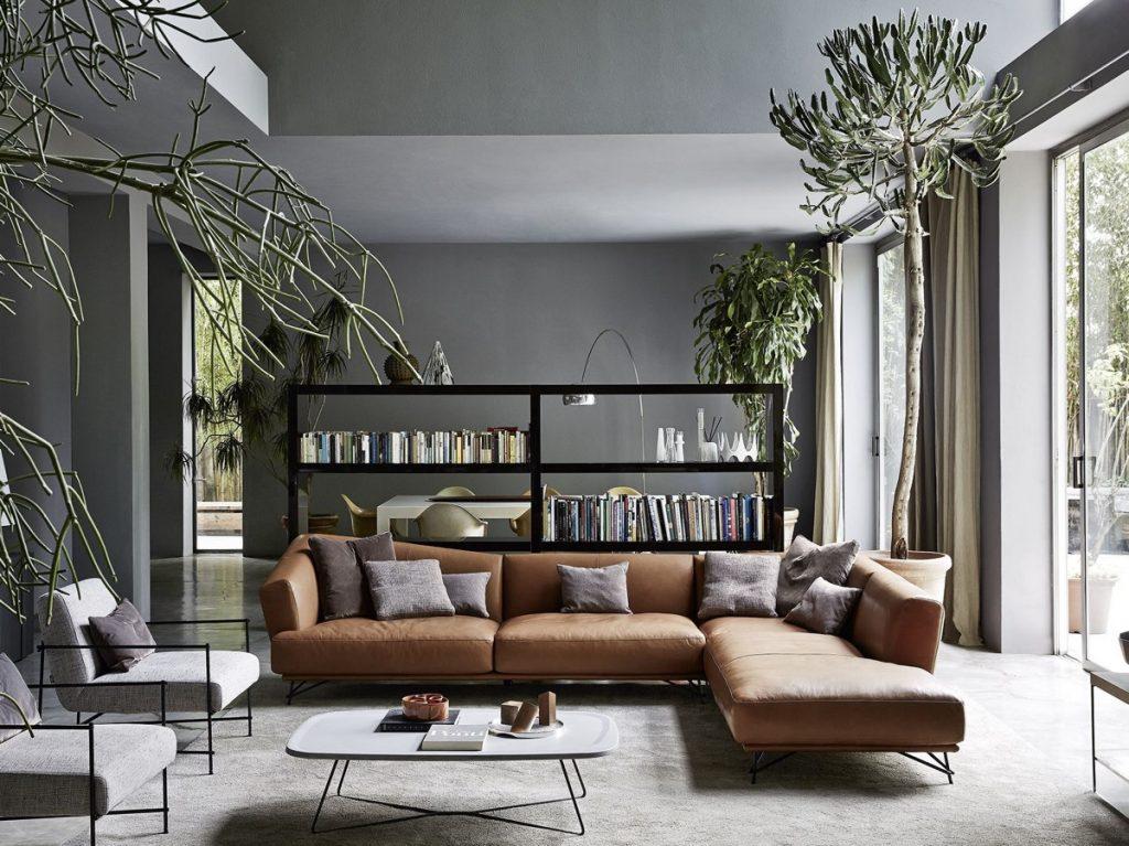 salón con muebles sofá marron y cojines grises