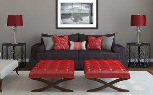sofás grises con cojines rojos