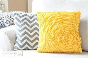 Cojines decorativos amarillos y grises en fieltro