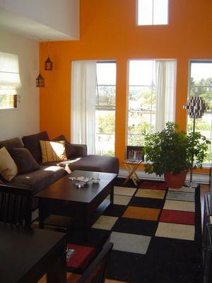 Colorido y luminoso salón con sofás marrones