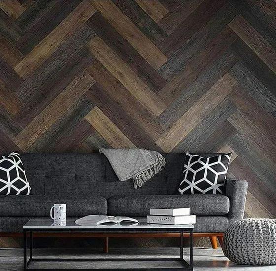 pared original del salon decorada con madera
