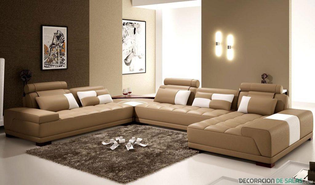 Salón moderno con sofás marrones y blancos