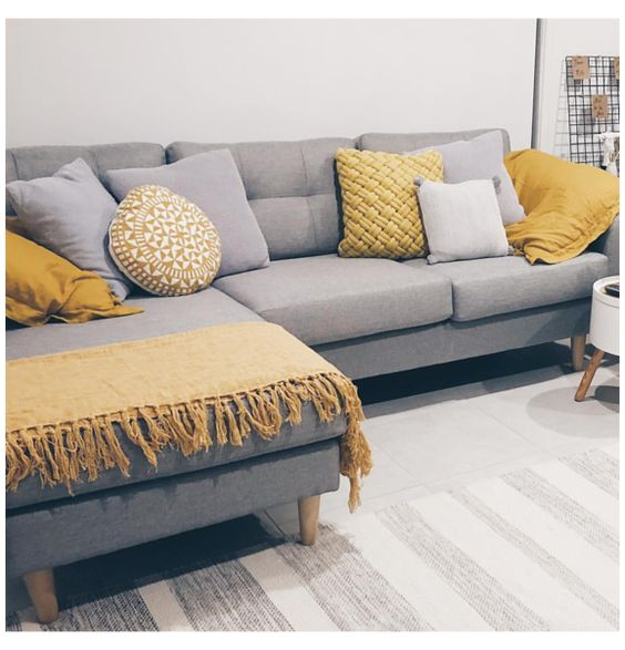 sofá gris y cojines amarillos con texturas