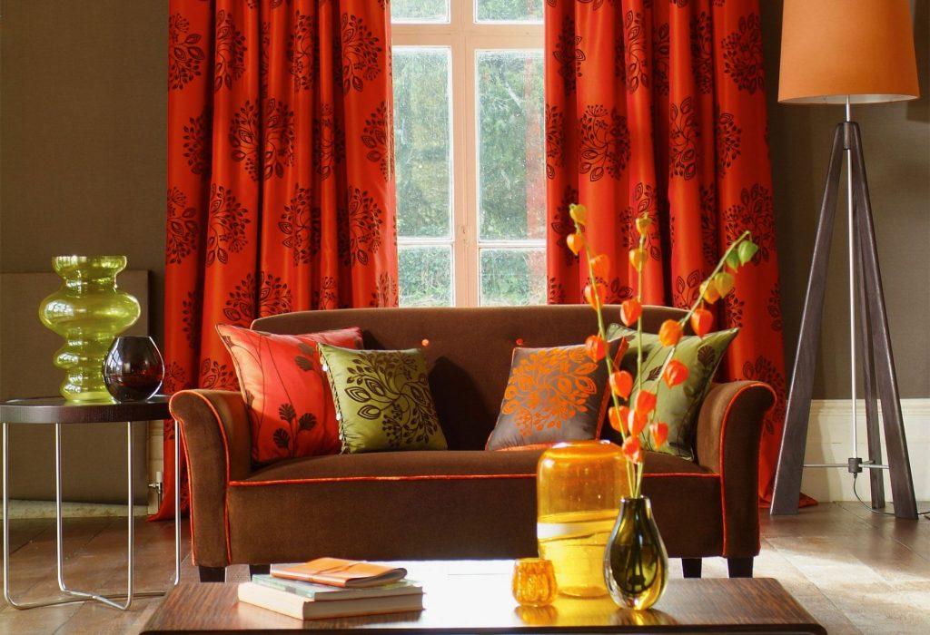 Salón con sofá marrón y cortinas estampadas