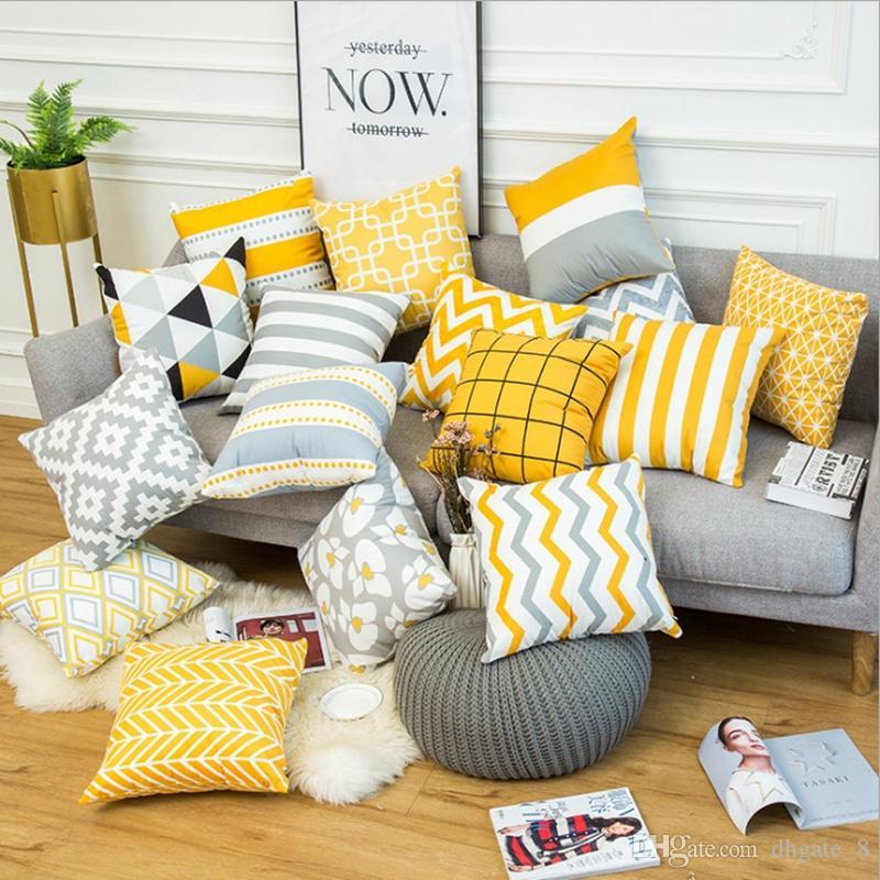 sofá gris y cojines amarillos Estampados y formas geométricas