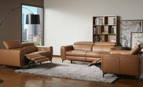 Salón con sofás de cuero marrón con reposapiés