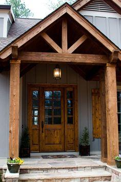 Columnas cuadradas hechas de madera artesanalmente