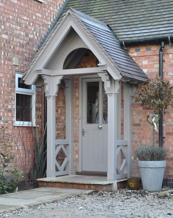 Columnas cuadradas grises en un pequeño porche