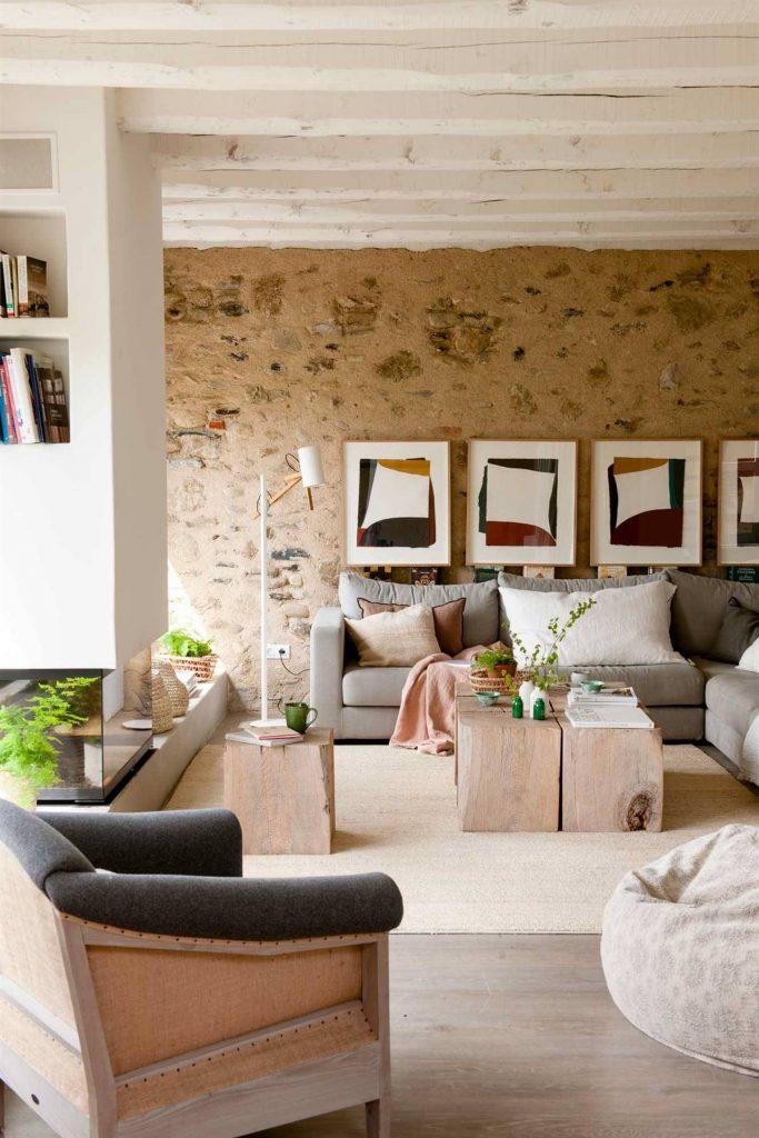 pared original del salon decorada con piedras y cuadros