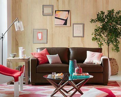 Sencillo y agradable salón con sofá marrón oscuro