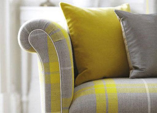 Sofá gris y cojines combinados en amarillo