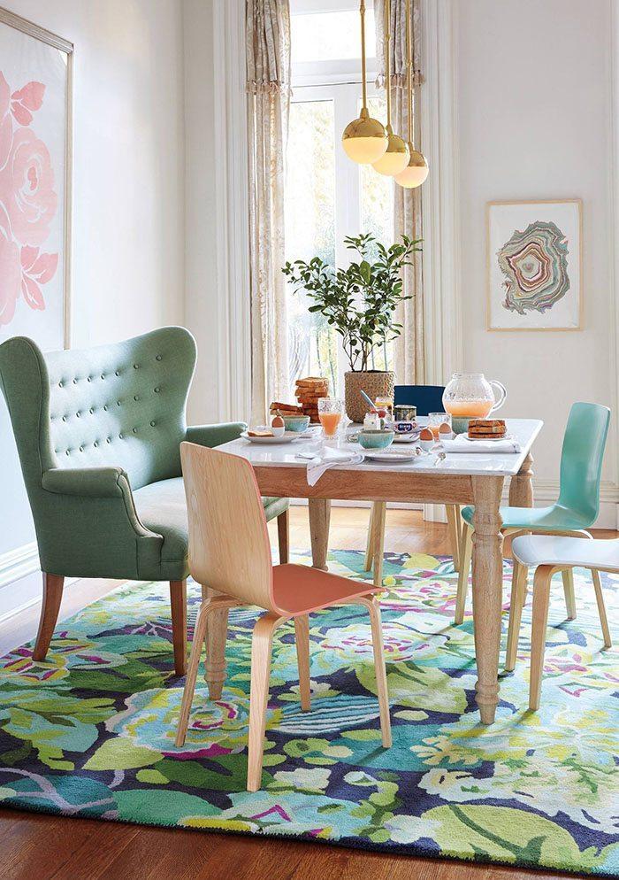 Tropicaliza el salón con alfombras y cuadros