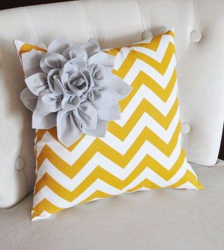 Cojines personalizados amarillos para sofás grises en el salón