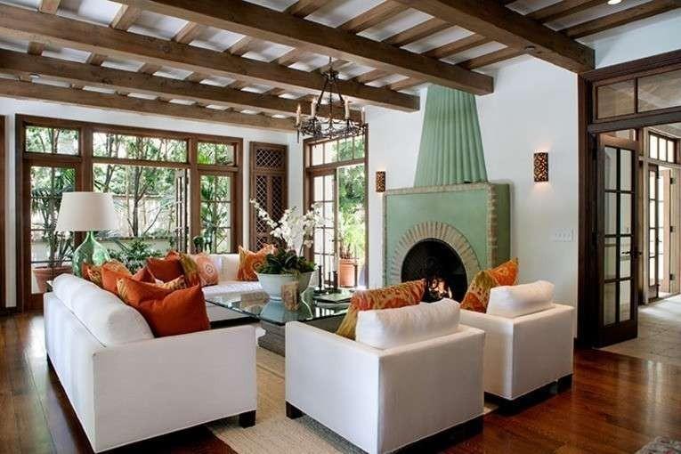 Madera y colorido estilo Colonial en el salón