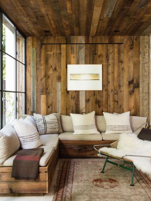 Sala rustica pequeña revestida con paredes de madera