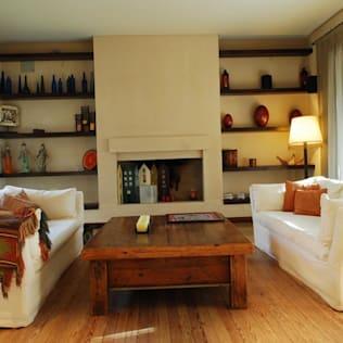 Sala rústica y pequeña con accesorios