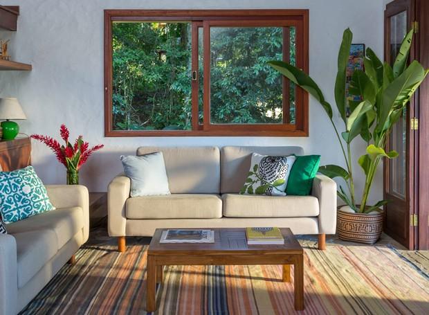 Sala rústica y pequeña con plantas