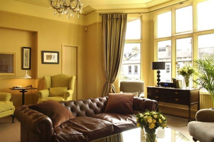 Salón decorado en color mostaza y marrón