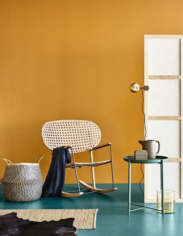 salón con pared en color Mostaza