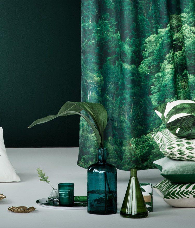 El color verde como protagonista en salones tropicales