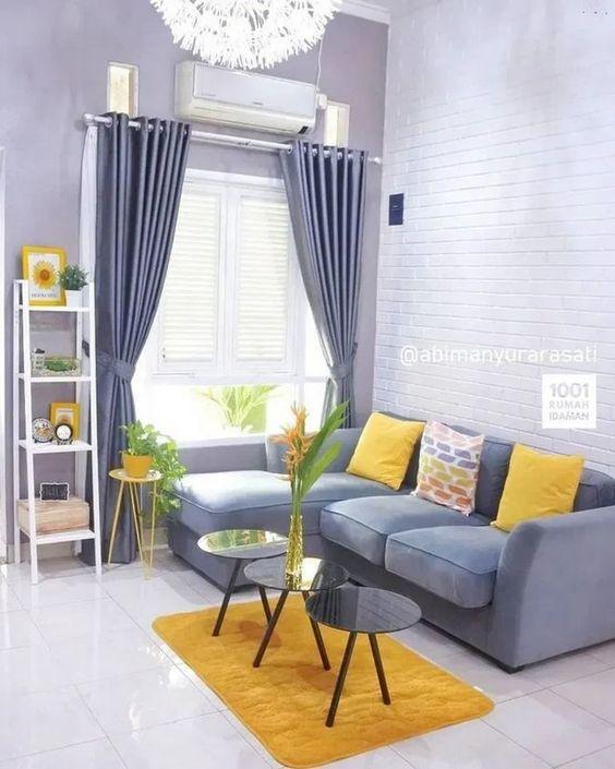 Sofá y salón gris con cojines amarillos
