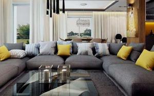 sofas grises con cojines amarillos