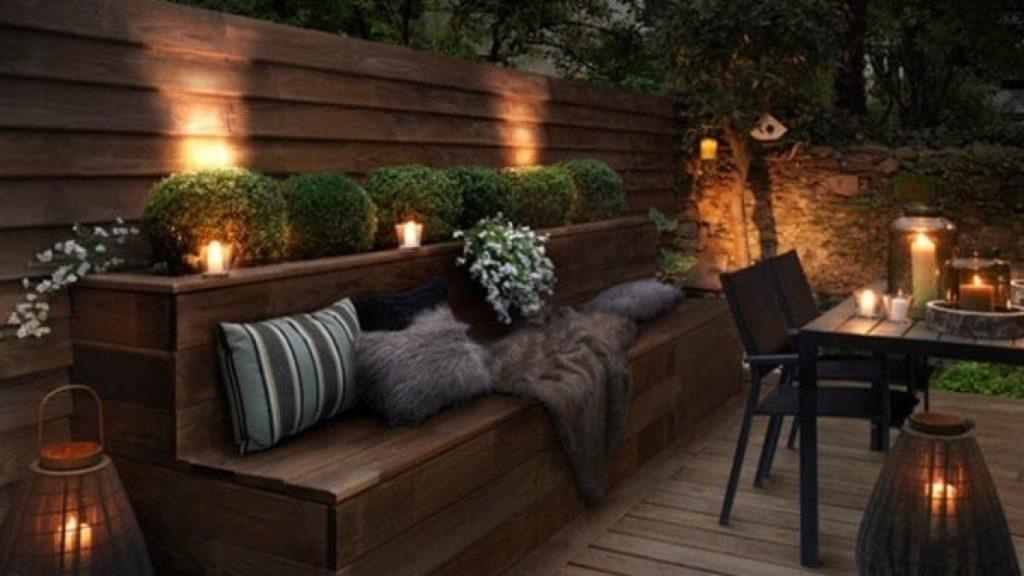 Velas en salón exterior para aura romántica