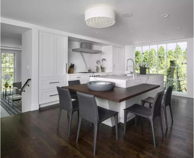 Cocina minimalista con mesa de comedor empotrada