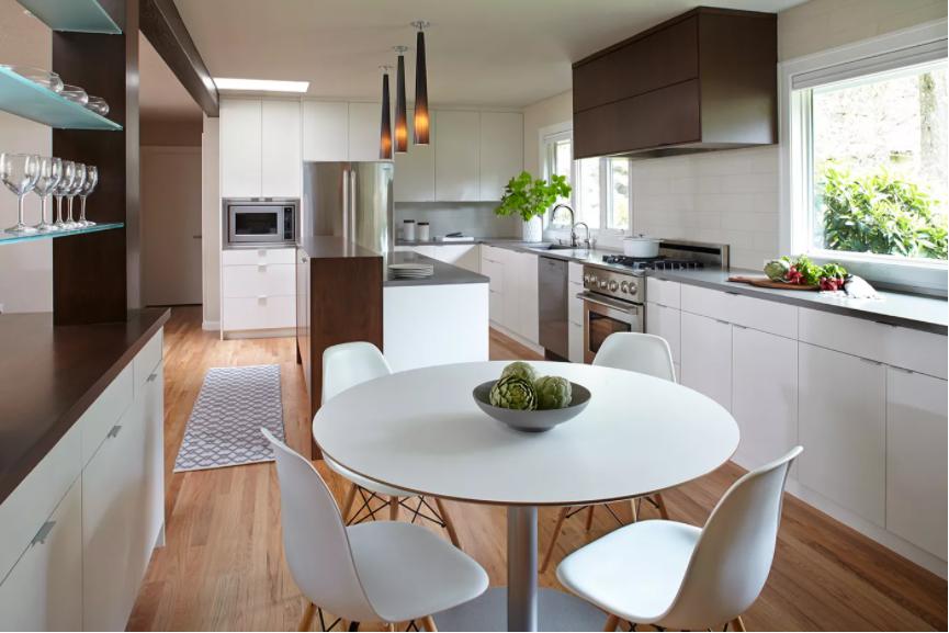 Cocina minimalista con un juego de comedor modernista