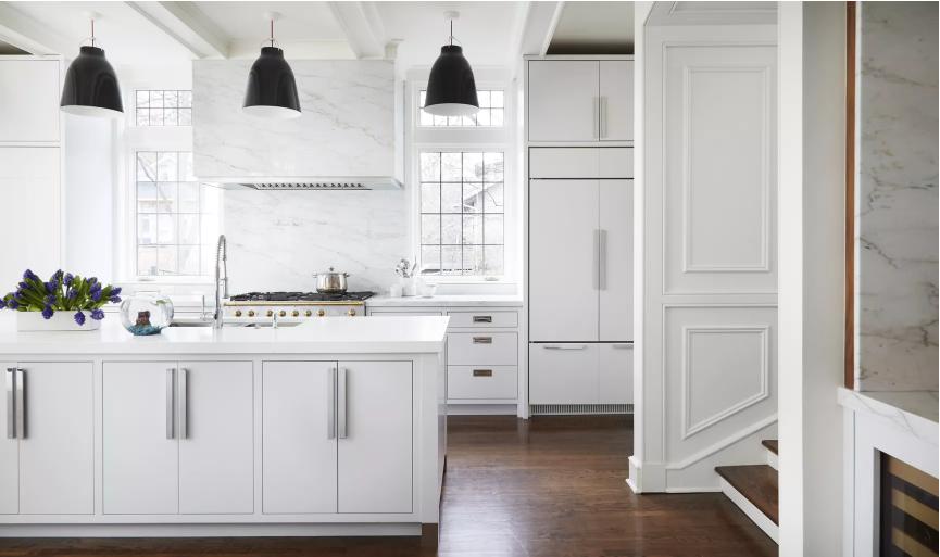 Cocina comedor minimalista que se siente tradicional