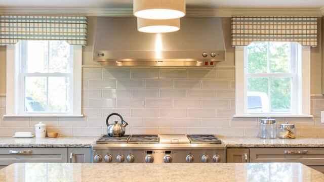 pared de la cocina revestida con azulejos