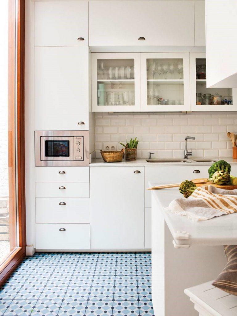 Cocinas con cerámica blanca en la pared