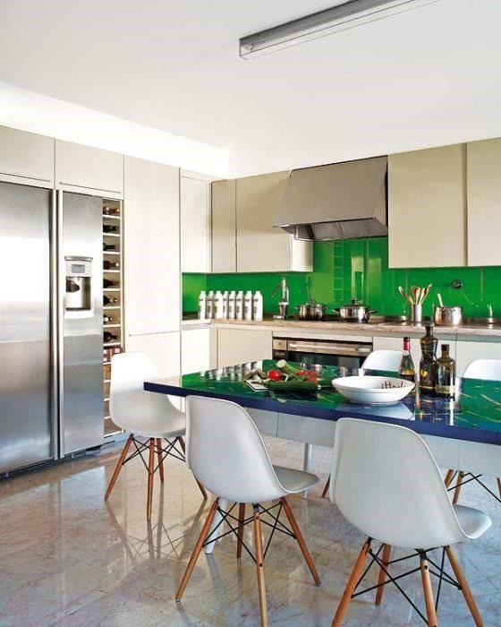 cocina con vidrio pintado de verde