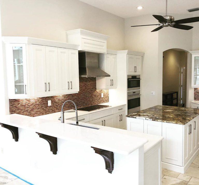 pintar tu cocina pequeña de color blanco