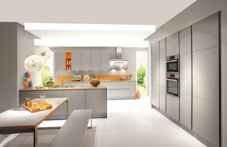 cocina de color gris y naranja