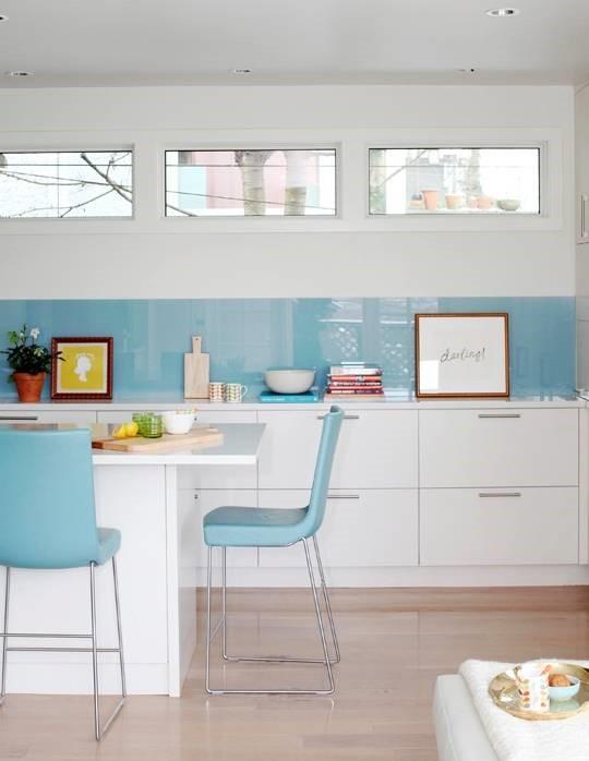 cocina con vidrio pintado de azul claro