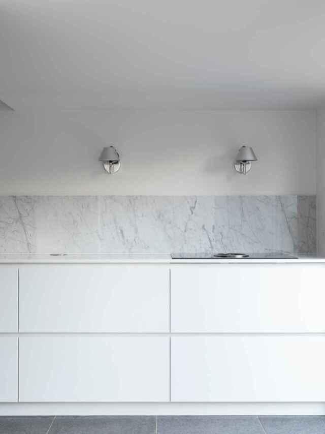 pared de la cocina revestida de mármol