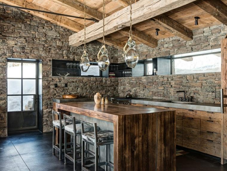 pared de la cocina revestida de piedra