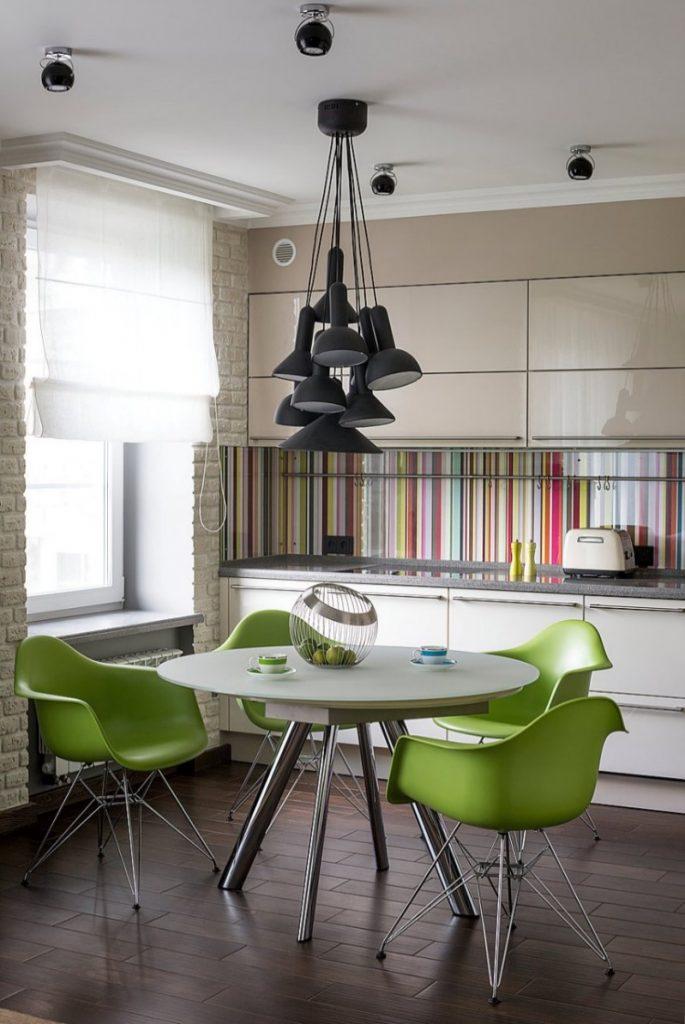Fondo multicolor pintado en vidrio de la cocina
